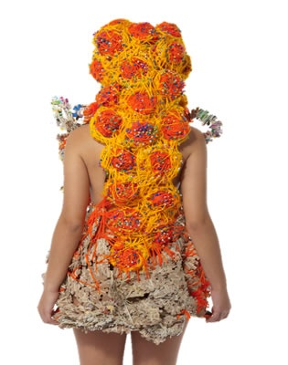 Atuendo conceptual-cuerpo con texturas · ERIKA VANESSA PINTO RAMÍREZ  Taller experimental proyección 2011 · Semestre: 1 · Diseño de Modas · Colegiatura Colombiana · Medellín-Colombia