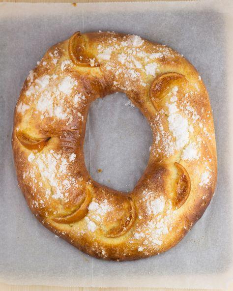 Lo prometido es deuda, y aquí tenéis mi versión actualizada de la receta del Roscón de Reyes. Es una receta fácil, sin complicacio...