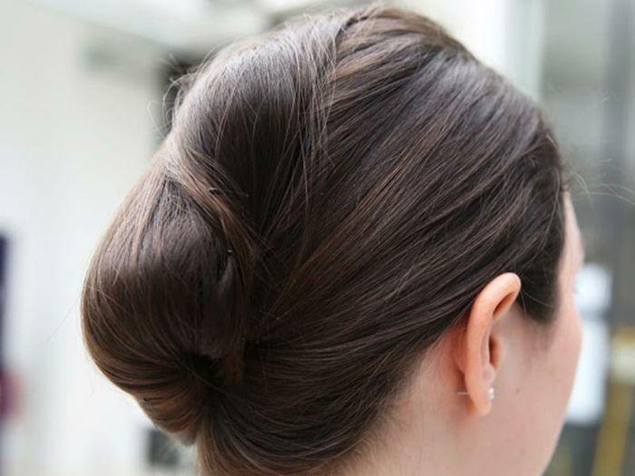schöne Steckfrisuren für mittellange Haare, dunkle glatte Haare, Hochsteckfrisur mit Haarklammern