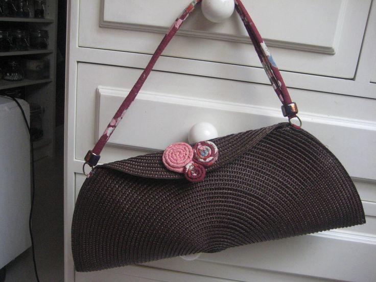 He aquí una de las sorpresas que os anuncié:       Si, bolsos!!!!   Llevaba mucho tiempo queriendo hacer una colección de bolsos, y un día ...