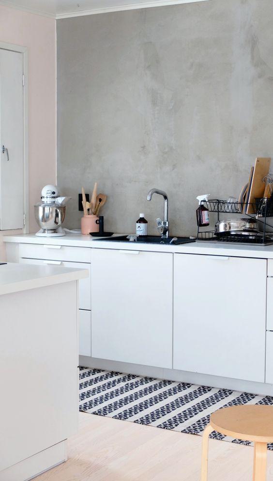 Een trend die we veel zien op Pinterest is de betonlook op de muur. Met een b...