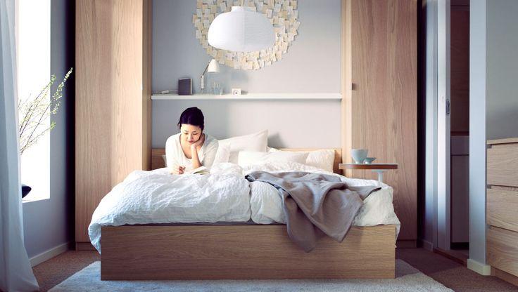 Útulná ložnice s měkkými lůžkovinami a pohodlnými úložnými prostory