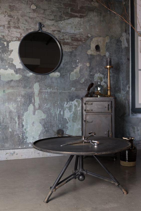 Attractif mirror van Dutchbone. Industrieler dan dit wordt het niet met deze stoere spiegel, tafel en kast!  #dutchbone #staal #grijs #zwart #industrieel #dewoonzaken