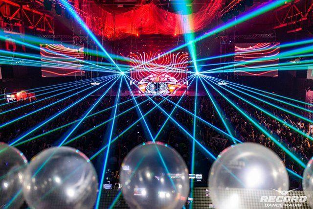 Лазерное лучевое шоу Armin Van Buuren 18-летие Radio Record Москва. Stadium Live. 2013 _____________________  Live Laser Show Armin Van Buuren Radio Record 18th Birthday  Moscow. Stadium Live. 2013  www.dreamlaser.ru