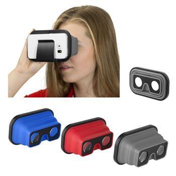 VISORE REALTA' VIRTUALE mod. 13422800, pieghevole in silicone. Questo visore pieghevole per la realtà virtuale, in silicone, è l'ideale quando siete in movimento. E' leggero, pieghevole e abbastanza piccolo da essere contenuto in una tasca. Inserite il telefono nell'allogiamento e avviate un'app per la VR per immergervi in pochi secondi nel mondo della realtà virtuale. Godetevi video 3D, giochi VR e molto altro! Adatto per smartphone che misurano al massimo 12 cm. Fornito in confezione…