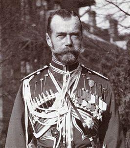 Tsaar Nicolaas II was de keizer van Rusland. Nicolaas II regeerde met harde hand, veel mensen hadden armoede & de revolutionairen werden gevangen gezet.