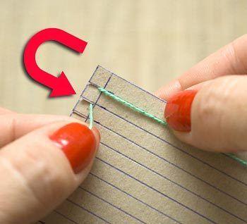 ボール紙の両脇に切れ込みを入れて(ここでは5mm間隔)、縦糸を折り返しながら巻き付けていきます。