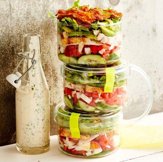 Für Salatarchitekten: mit saftigem Huhn, Avocado und Knusper-Bacon wird das Stapelwerk zum Hauptgericht.