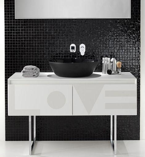 ext-black-white-bathrooms-1  blanco mosaics negros, piso blanco la pared de negro seria, donde está el lavamanos y la barra.
