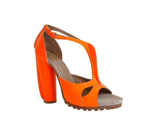 Cacharel ...                                                                                                      	Sandale en cuir orange fluo.