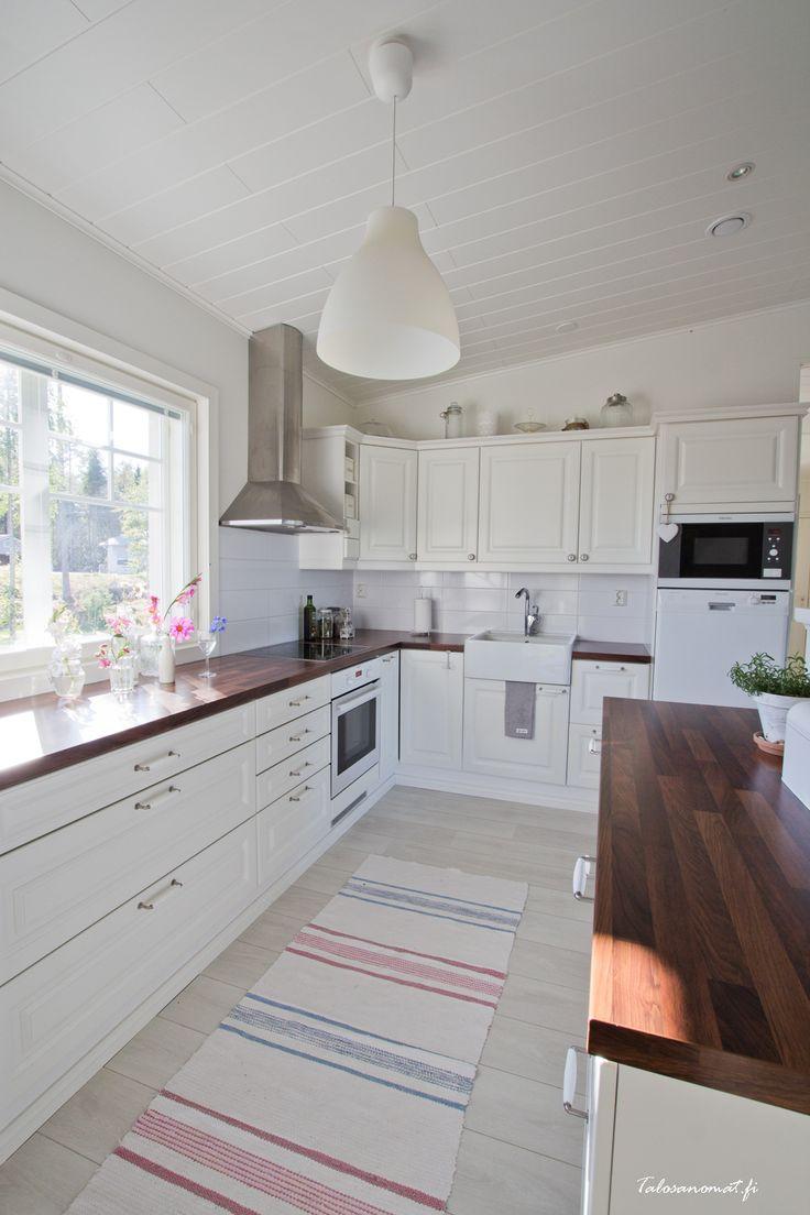Keittiö, valkoinen ja kapea, lisäksi ikkunasta luonnonvaloa