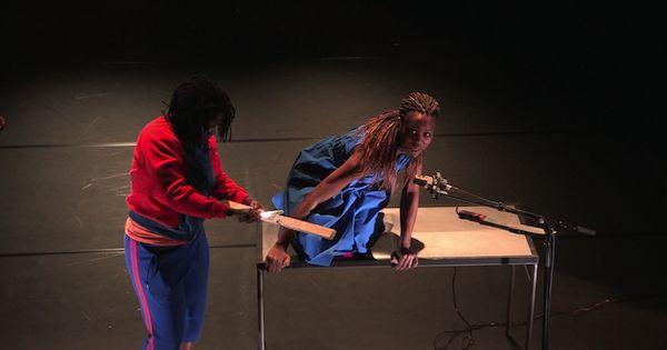 Vingt ans après le génocide au Rwanda,Dorothée Munyaneza, danseuse et chorégraphe britannique d'origine rwandaise, présente son spectacle...