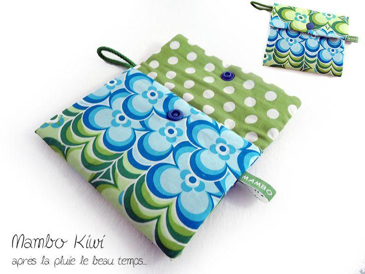 Pochette serviette hygiénique/tampon tissu fleurs rétro et gros pois : Etuis, mini sacs par mambo-kiwi