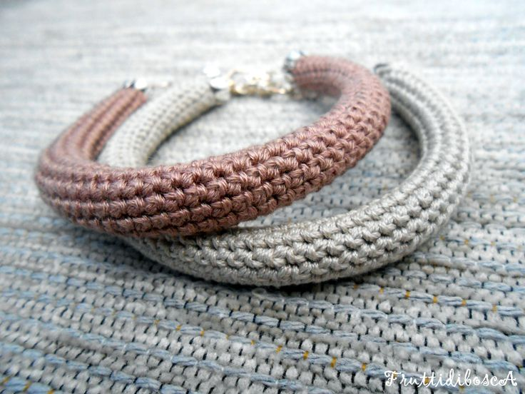 Bracciali tubolari all'uncinetto - Tube-shaped crochet bracelets.