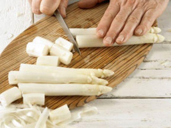 Oft wird Spargel gekocht bevor man ihn isst. Doch kann man das Stangengemüse auch roh essen?