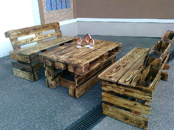 The coarse texture of this recycled wood pallet table and bench is fascinating and classic. This furniture set is a must for any household and therefore its very important to give it a time in your own workshop with few retired wood pallets and hammer to accomplish this economical and inexpensive idea.