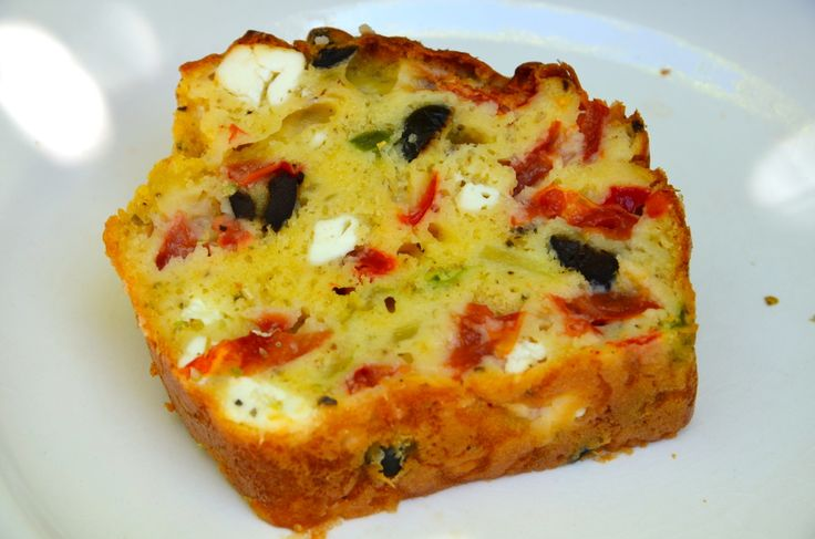 CAKE à la grecque (farine, oeufs, levure, yaourt grec, huile d'olive, origan, sel/poivre, Feta, tomates, poivron vert, oignon, olives noires)