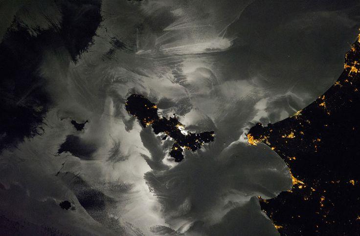 Фотография северной части Средиземного моря и нескольких прибрежных итальянских городов и островов. Отражение Луны на поверхности моря раскрывает очень сложные модели. Самые яркие отражения вблизи центра диска Луны, которая сияет в воде как бы вокруг острова Эльба. (Фото: NASA Earth Observatory)