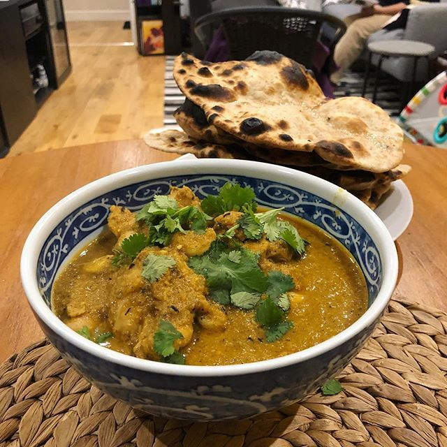 A simple 15-min garlic chicken curry and homemade tandoori rotis. #TalesFromNW #HomeMade #MangiaBene #EssBeeCooks