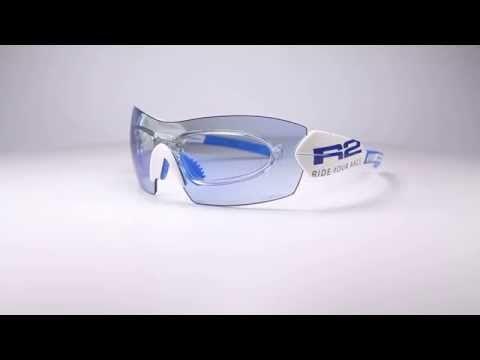 R2 AT069 B napszemüveg (cat. 2, 1). Keretét grilamidból gyártották értékes tulajdonságai miatt. Ez egy magas minőségű nylon műszálas anyag, amely rendkívül magas hajlítószilárdsággal rendelkezik. Könnyű, erős és formatartó, ezen kívül rendkívül ütésálló. Sport napszemüvegeknél alkalmazzák, éppen az ütésálló, rugalmas és tartós tulajdonsága miatt. Emberi testtel érintkezve antiallergén tulajdonságú. OLVASS TOVÁBB!
