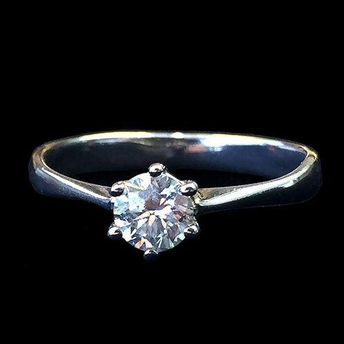 Помолвочное кольцо с 1 бриллиантом  Золотое кольцо с 1 бриллиантом 0.91 карат. Белое золото. Сертифицированный бриллиант круглой огранки, диаметром 6,22 мм. Артикул: 03855