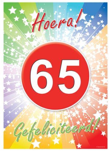 65 jaar deurposter A2 formaat 59 x 42 cm. Deurposter 65 jaar met de tekst: Hoera gefeliciteerd. Deze poster kunt u op het raam of op de deur hangen.