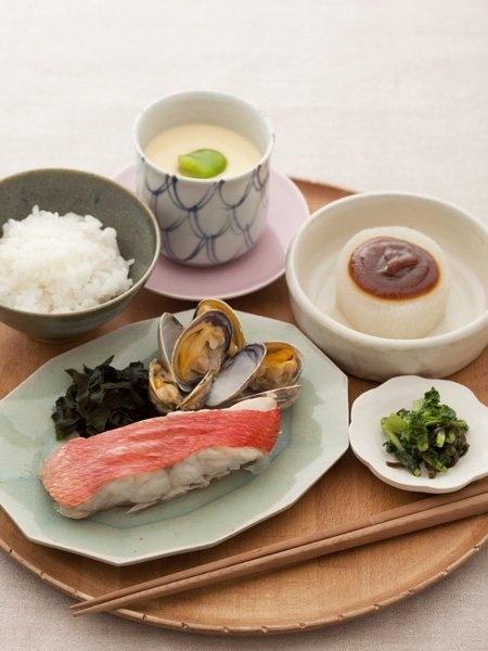 Japanese meal ごはんと蒸し魚、ふろふき大根、そら豆入り茶椀蒸し、大根の葉の昆布和え