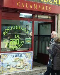 Hay algo muy típico en la PLAZA MAYOR de Madrid...y son los bocadillos de calamares.....se comen por lo buenos que están y para celebrar fiestas ...final de estudios etc ....siempre hay una excusa ......un bocadillo de calamares con una cerveza y ¡¡¡ viva la vida!!!