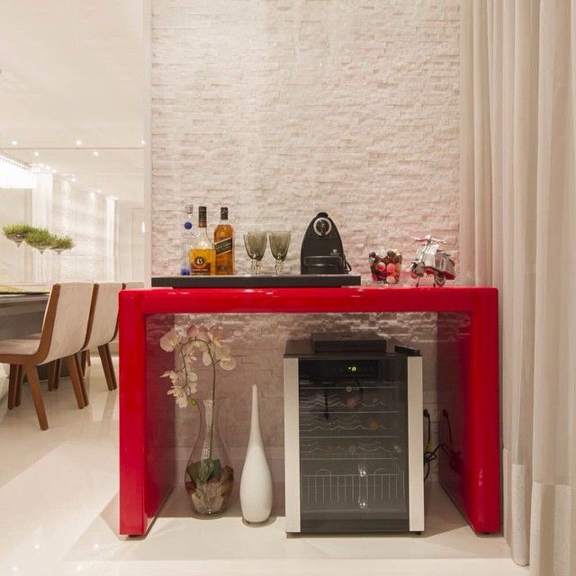 Ideia para decorar aquele cantinho na sala de jantar  Ameeeeei a adega e morri de amores por esse vermelho!!! ❤️❤️❤️ - #adega #saladejantar #design #decoração #arquitetura #euqueronaminhacasa
