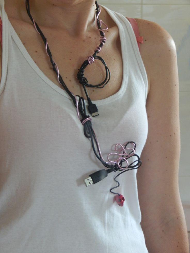 (33) κολιέ από καλώδιο USB, σύρμα ροζ και νεκροκεφαλή.
