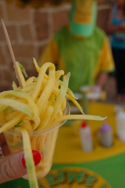 Mango med salt och lime! (by jogyl)  Mangometro! Hmm ustedes se imaginan esto con sal, pimienta y leche condensada!?
