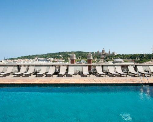 piscine sur le toit d'un hôtel au coeur de Barcelone