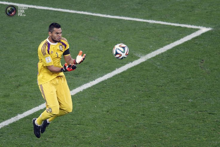 World Cup 2014: The Netherlands vs Argentina Semi-Final Highlights - Argentina's goalkeeper Romero catches the ball during their 2014 World Cup semi-finals against the Netherlands at the Corinthians arena in Sao Paulo. PAULO WHITAKER/REUTERS