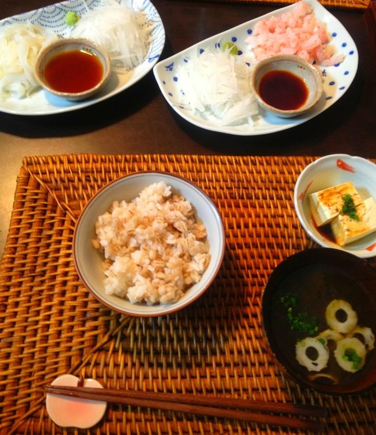 夕ご飯:イカ、甘エビのお刺身(すだちポン酢、ワサビ醤油)、とろろ昆布と竹輪のお吸い物、冷奴(ネギ)、カブとキュウリの浅漬け、麦入りご飯。デザートはパイナポー。