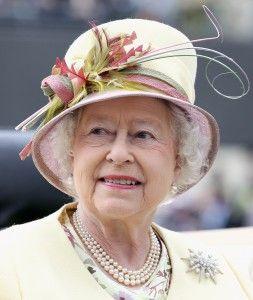 Жемчужные бусы как у королевы Елизаветы http://www.busiki-kolechki.ru/blog/zvjozdnyjj-stil/zhemchuzhnye-busy-kak-u-korolevy-elizavety  Королева Елизавета, по признанию экспертов моды, является самым стильным из ныне здравствующих монархов. Впрочем, те, кто хотя бы раз видел королеву Елизавету, и сами сразу же это понимают: стиль королевы настолько самобытный, что увидев её однажды, её уже невозможно с кем-то спутать! Что же такого особенного в стиле королевы Елизаветы? Так сразу и не понять…