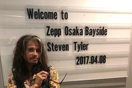 Artista desmentiu boatos sobre seu estado de saúde Reprodução/InstagramSteven Tyler, vocalista do Aerosmith, desmentiu nas redes sociais que tenha tido uma convulsão durante sua turnê no Brasil. A mensagem foi postada em seu perfil no Twitter neste sábado (30). O problema de saúde teria sido o motivo