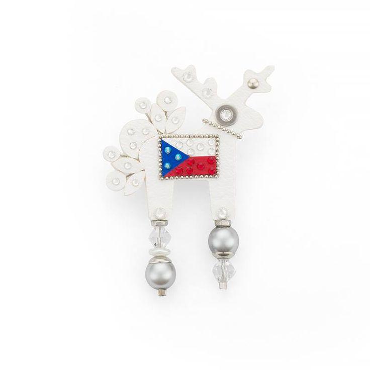 Střední velikost dámské třpytivé brože s vlajkou se jmenuje Czechitta. Zkuste ji zkombinovat třeba s námořnickým outfitem, budete příjemně překvapena