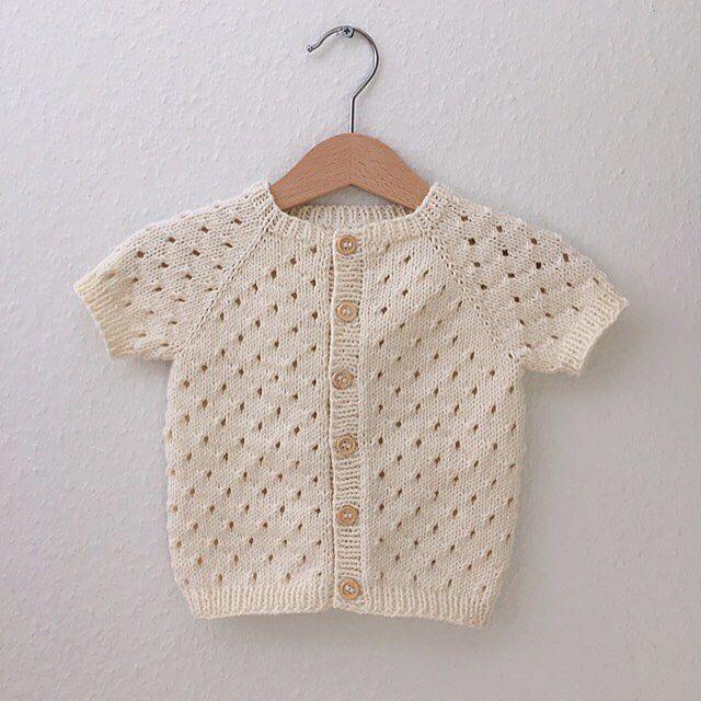 Annas Sommercardigan • med korte ærmer. Jeg er fan af det helt enkle, klassiske og feminine udtryk cardiganen får i denne farve Størrelserne går fra 9-12 mdr. og op til 6-7 år. Opskriften er i shoppen (link i profil). God weekend! #annassommercardigan #strikketcardigan #sommerstrikk #strikk #sticka #stickning #duosandnes #hjertegarn #mammastrikk #strikkemamma #barnestrikk #knittersofinstagram #nevernotknitting #strikkedilla #knitting #børnestrik #strikktiljente #jentestrikk #strikktilbarn