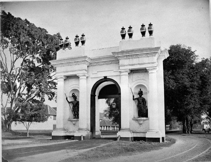 1875-1885: Amsterdamsche poort (Gerbang Amsterdam), disebut juga Pinangpoort (Gerbang Pinang) atau Kasteelpoort, di Batavia - masih ada ga ya?