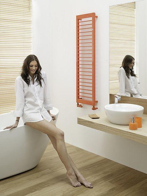Każdą, nawet najbardziej typową łazienkę można ożywić kolorem. Pomarańczowy świetnie współgra zarówno z bielą jak i odcieniami beżu. Nie trzeba malować ścian, wystarczy kolorowy grzejnik.