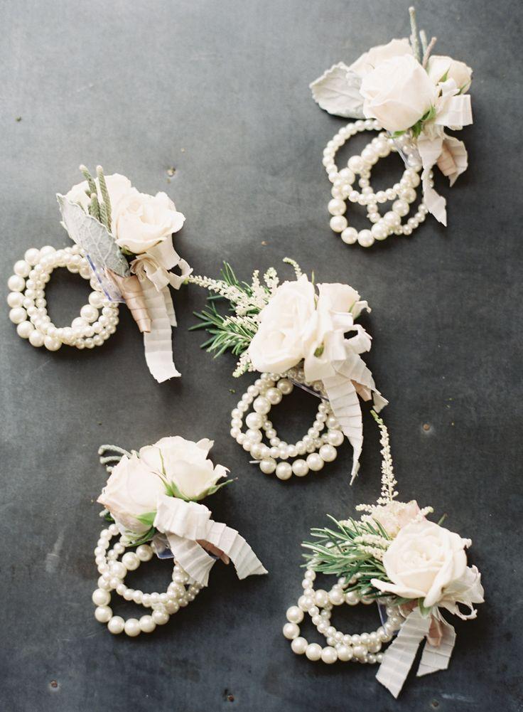 White corsage - Photography: Caroline Tran - www.carolinetran.net:Vineyard Wedding in California with the Prettiest Colors : https://www.itakeyou.co.uk/wedding/vineyard-wedding-in-california/