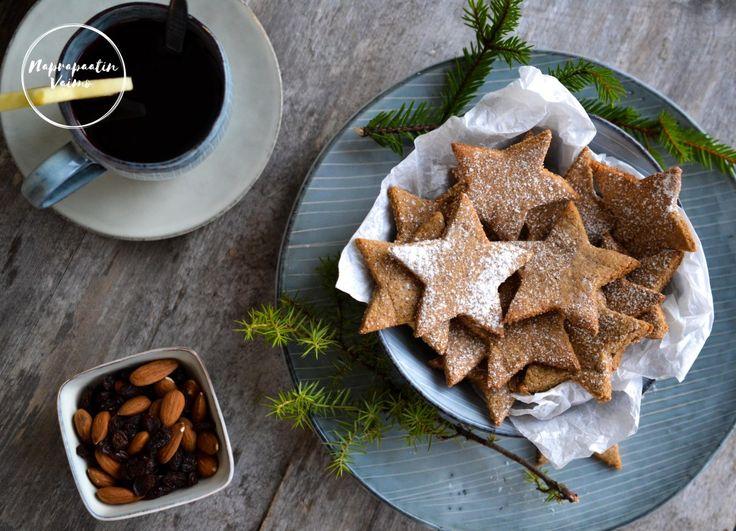 Joululaulut, hyasintin tuoksu, hiljaa sateleva lumi, mukillinen lämmintä glögiä ja lumisade. Aika täydellinen joulukuun 1. oli eikö? Sen kunniaksi me leivoimme. Blogistani löytyy jo yksi ohj…