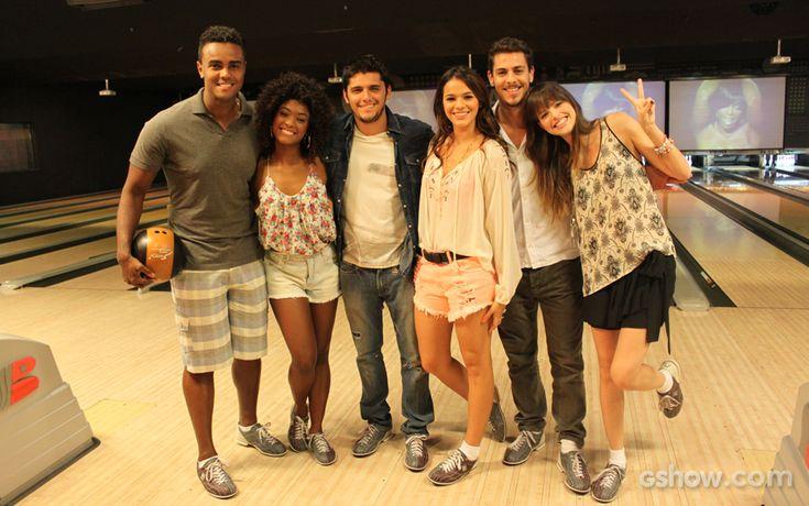 Jorge de Sá, Erika Januza, Bruno Gissoni, Bruna Marquezine, Sacha Bali e Agatha Moreira eram só alegria em gravação no boliche