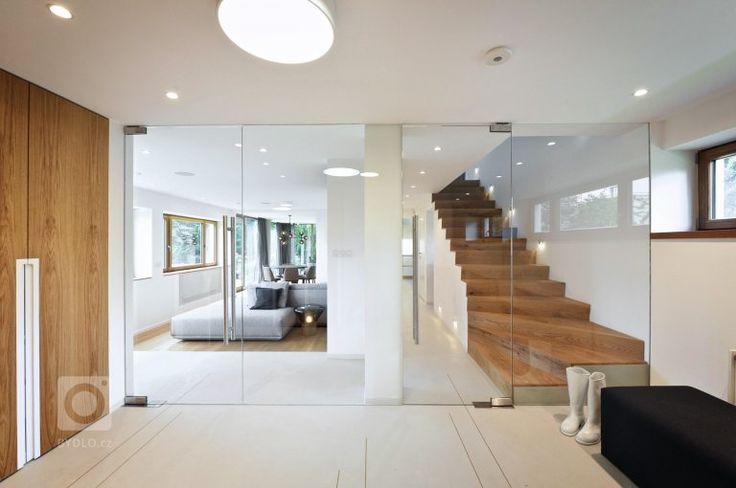 vstupní prostor a prosklení do obytné části domu