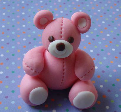 Een schattig teddybeertje van marsepein. Leuk om je #cupcakes mee te #versieren bij een #geboorte. #traktatie