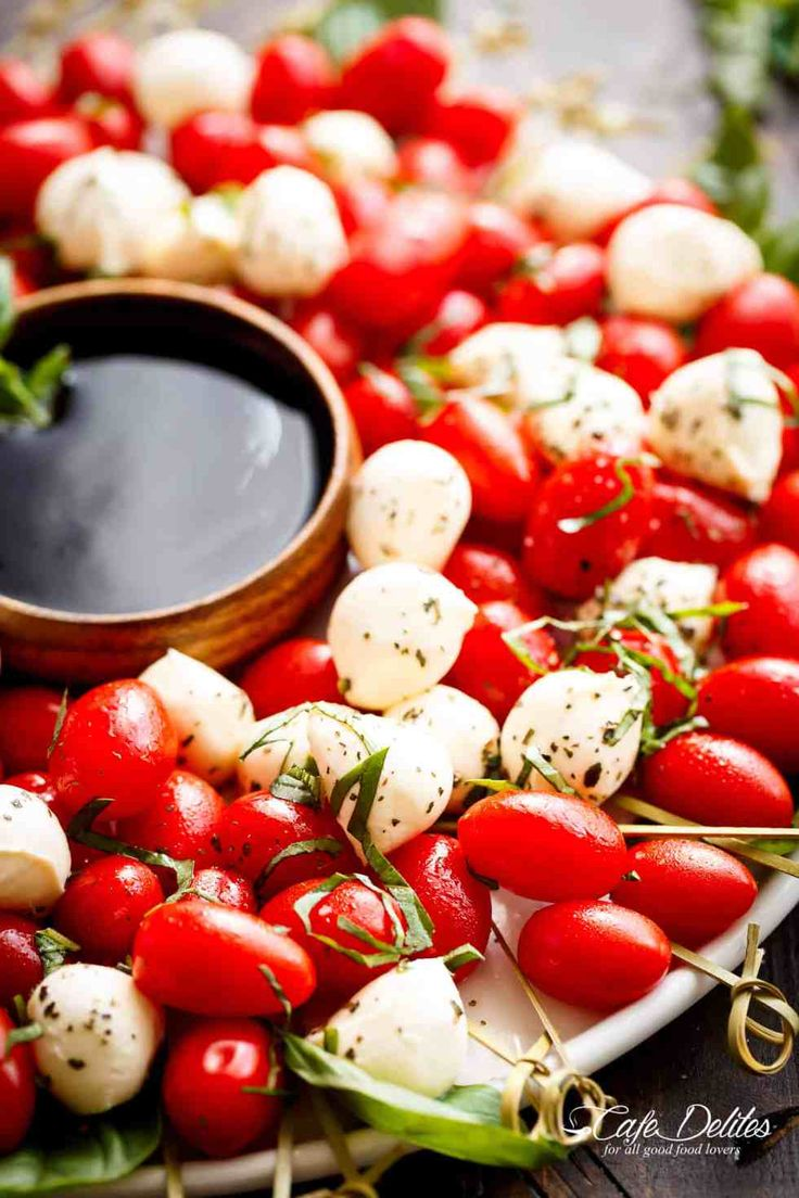 Caprese Salad Christmas Wreath is a festive and healthy appetiser for your Chris… – Pat Levins