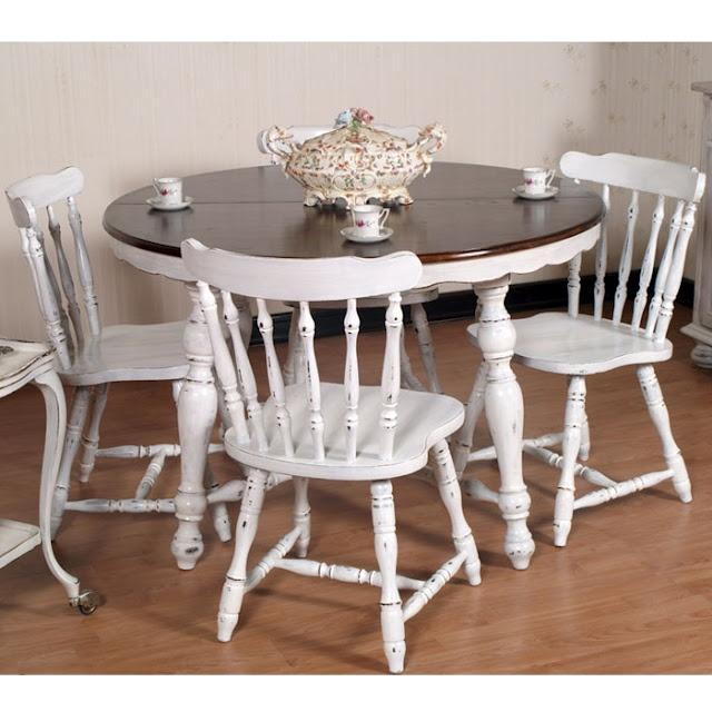 Shabby chic extending round table with four chairs... read more: http://mobilishabbychic.blogspot.it/2012/04/tavolo-tondo-allungabile-shabby-chic.html