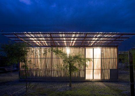 Viviendas de bambú a 2.500 euros (en Vietnam)  El estudio de arquitectura Vo Trong Nghia ha creado estos dos prototipos de vivienda (22,5 y 18 metros cuadrados) para intentar paliar de una forma económica el problema de la vivienda, en las familias con bajos ingresos, en el delta del Mekong (Vietnam).Aunque parezcan que sus dimensiones son pequeñas muchas familias vietnamitas viven en la actualidad en casas con menos de diez metros de superficie construida.