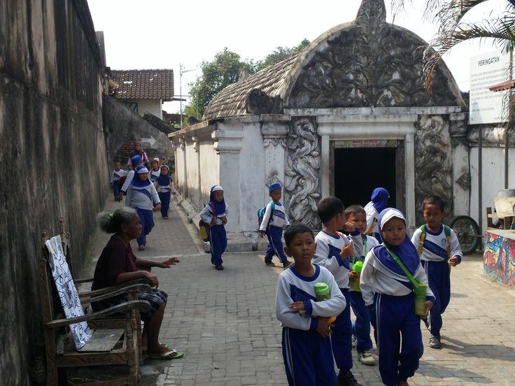 Een schoolklas onderweg naar de ondergrondse moskee.