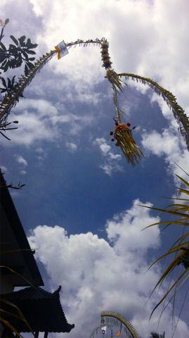 4/3(月)バリ島ウブドのお天気は晴れ。室内温度29.3℃、湿度67%。ペンジョールが上がり始めましたよ!バリ情緒たっぷりの町並みが登場~!ペンジョール見学に出かけなきゃ♪